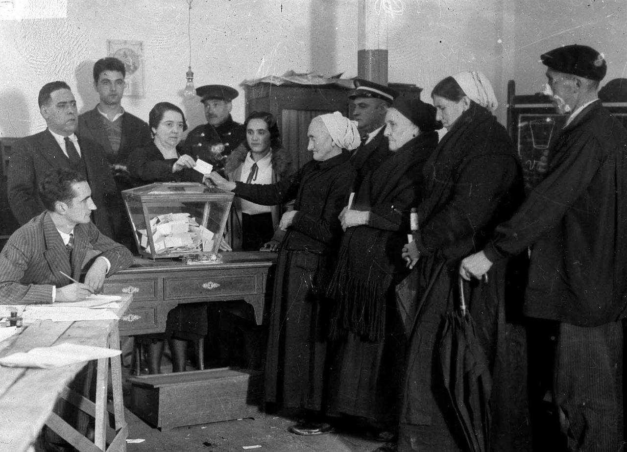 Referéndum sobre el Estatuto vasco-navarro del 5 de noviembre de 1933 en Éibar. Fue la primera ocasión en que votaron las mujeres durante la Segunda República Española, que en el resto del país pudieron hacerlo en las elecciones generales del 19 de noviembre de 1933.