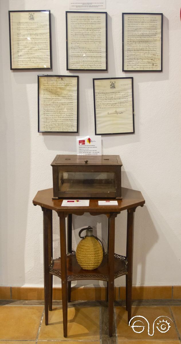 La urna, con el acta notarial.