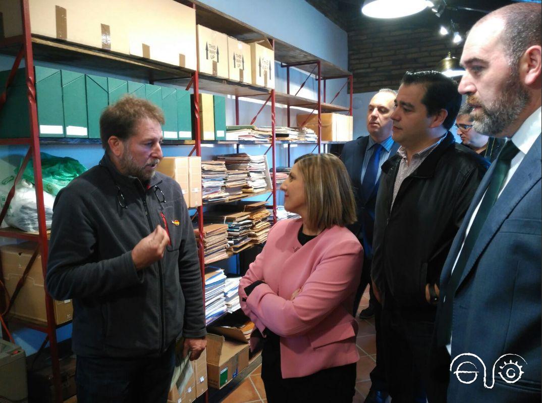 El presidente del Foro, Andrés Rebolledo, explica a la presidenta de la Diputación de Cádiz, Irene García, las características del archivo.