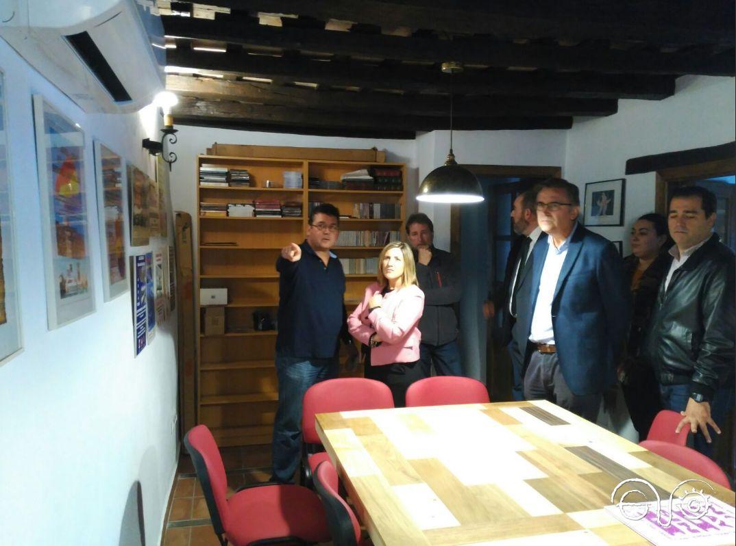 El directivo del Foro Arturo Quintero muestra a la presidenta de la Diputación de Cádiz, Irene García, la sala de reuniones.