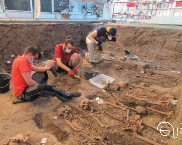 Exhumación de una fosa en el cementerio de Jimena.