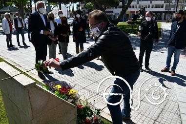 Ofrenda floral por parte del presidente del Foro por la Memoria del Campo de Gibraltar, Andrés Rebolledo.