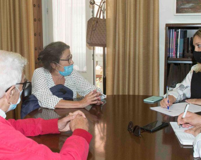 La diputada provincial Lucía Trujillo, con Rafael Gómez Ojeda y Pilar Peruyera, del Foro por la Memoria de El Puerto de Santa María.