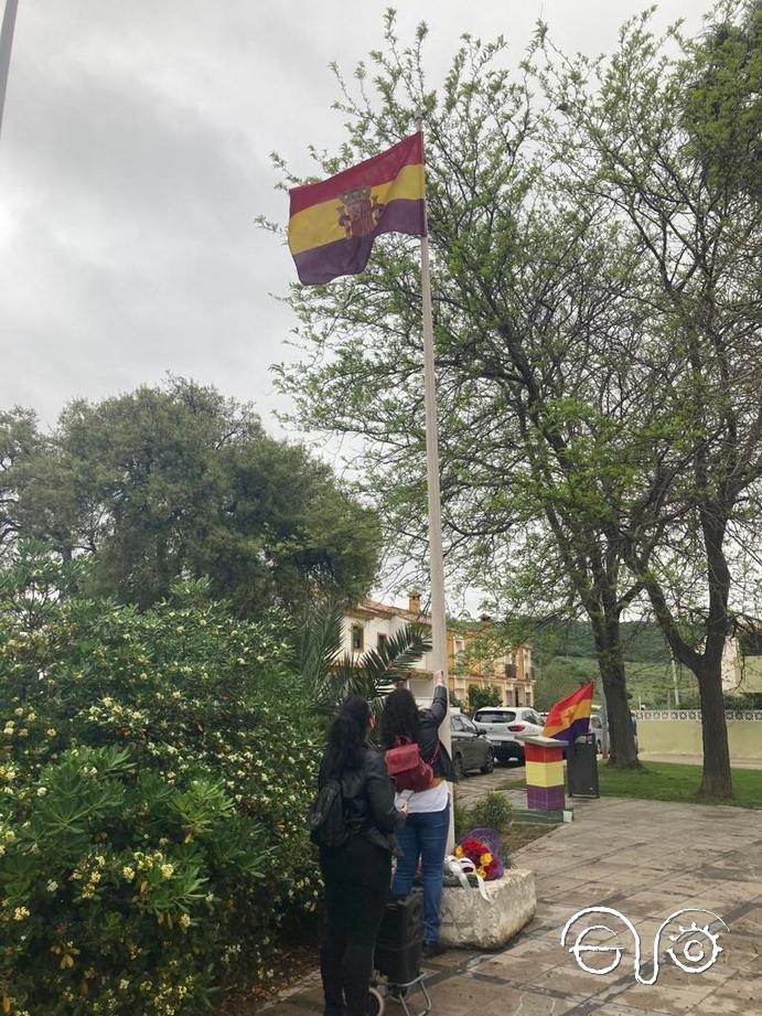 La bandera tricolor es izada en la plaza Blas Infante de Los Barrios, 14 de abril de 2021.