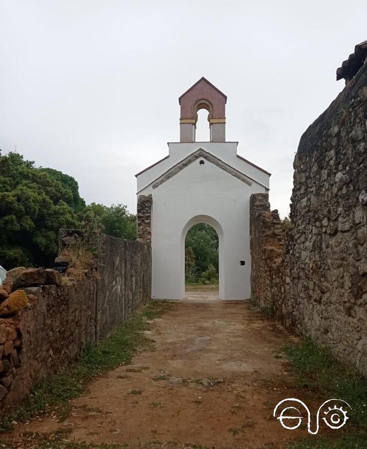 Fachada restaurada vista desde el interior de la ermita derruida.