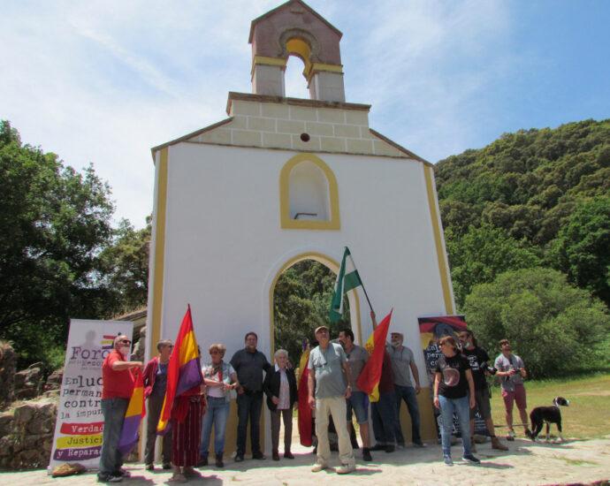Asistentes a la reunión ante la fachada de la ermita de la Sauceda restaurada.