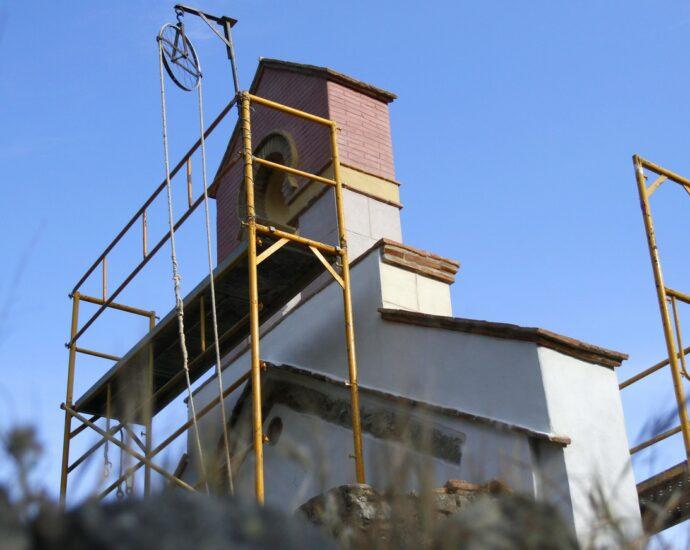 Obras de restauración de la fachada de la ermita de la Sauceda.