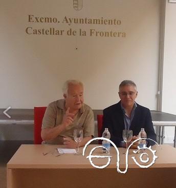 El catedrático emérito de Sociología Juan Maestre, con el alcalde de Castellar, Juan Casanova.