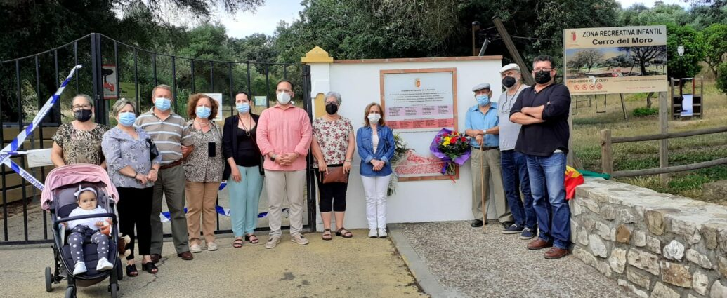 El alcalde de Castellar, junto a familiares y miembros del foro tras la colocación de las flores en la placa que recuerda a las víctimas del fascismo.