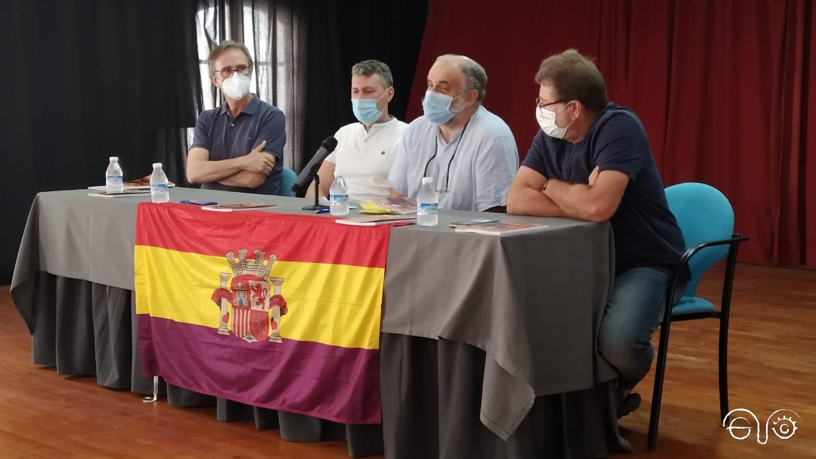 El representante de los familiares, pascual Collado; el alcalde, Francisco Gómez; El autor del libro, Juan León Moriche; y el presidente del Foro, Andrés Rebolledo.