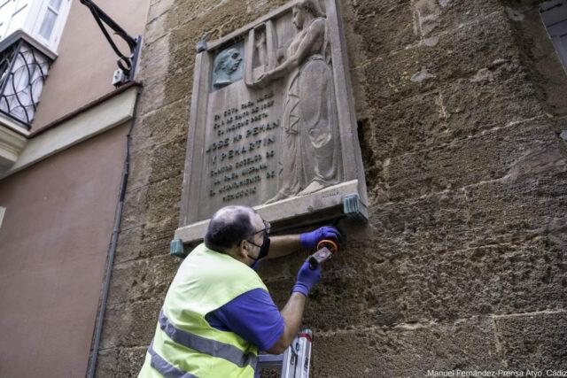 Retirada de la placa (Foto: web municipal).