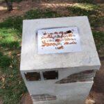 Placa vandalizada.
