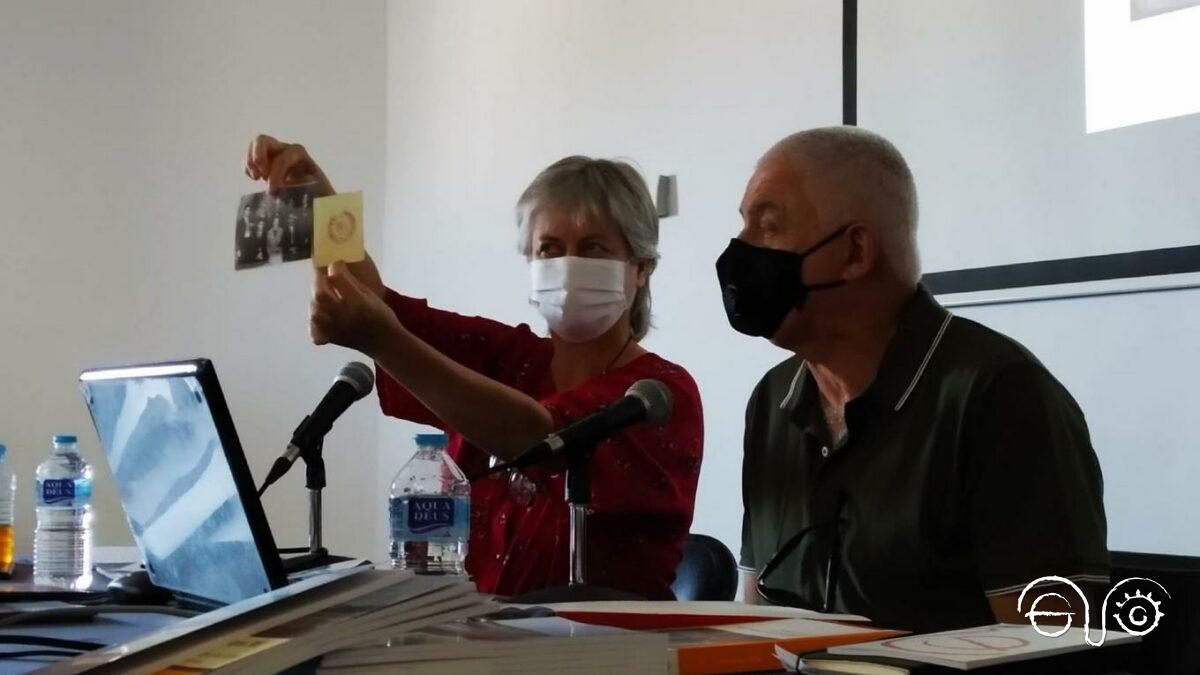 Beatriz Díaz muestra unos documentos, junto a Michael Netto.