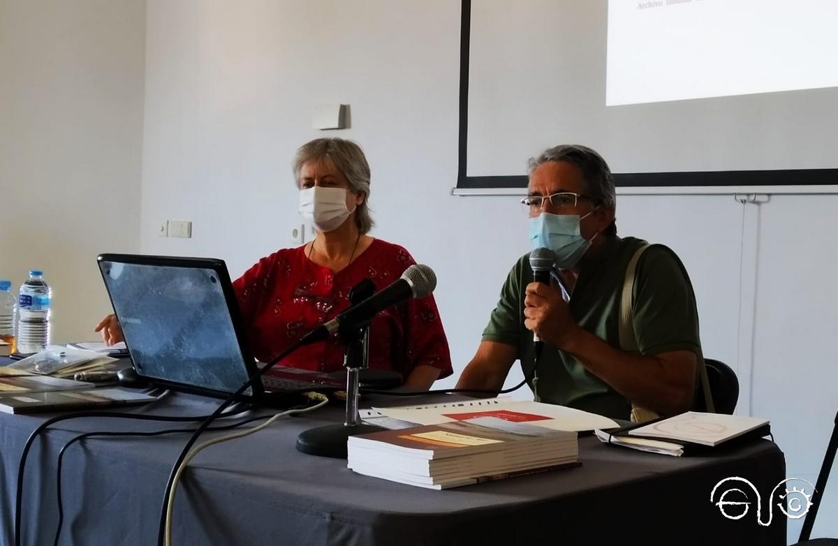 Participante que contó la experiencia vivida por su madre, que aparecía en una de las fotografías mostradas por la autora, Beatriz Díaz.