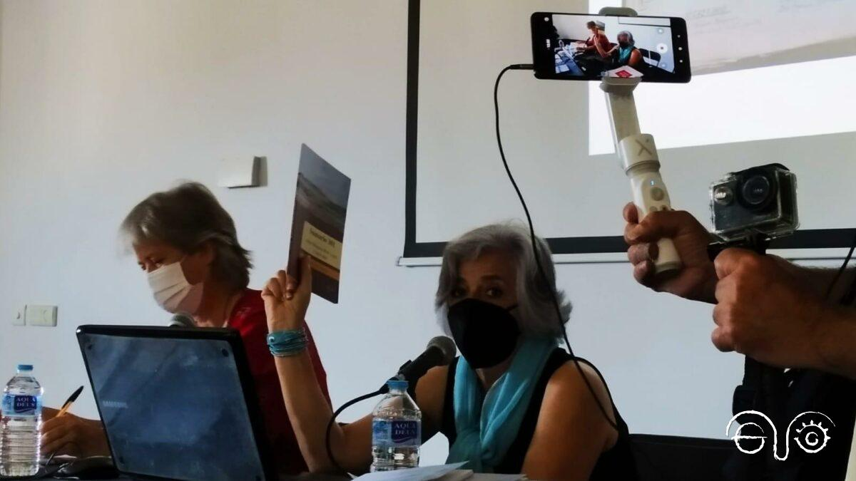 Una de las participantes en el acto, descendiente de una de las personas represaliadas, junto a Beatriz Díaz.