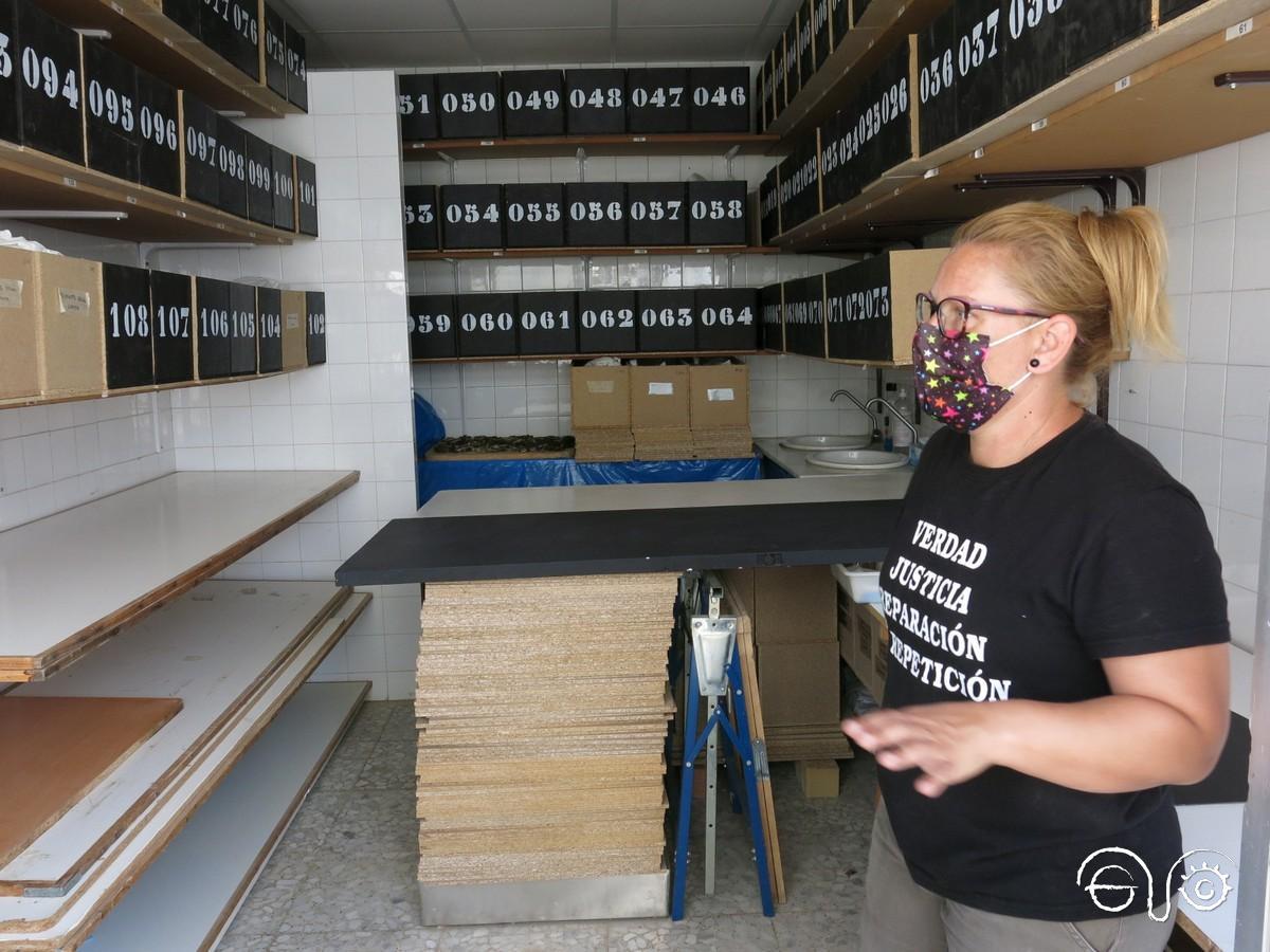 La arqueóloga Susana Rodríguez Domínguez, en la sala donde se clasifican los restos hallados.