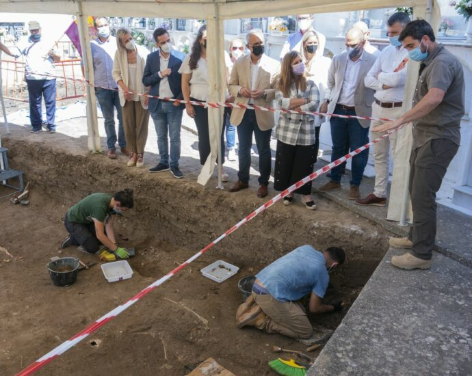 El arqueólogo Jesús Román dirige los trabajos de excavación y exhumación.