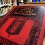 Ejemplar de La Gran Revolución en la biblioteca de la Casa de la Memoria.