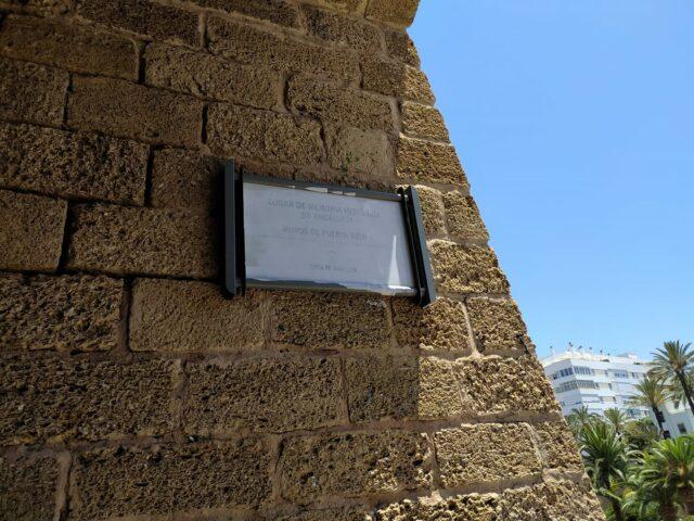 Placa de Puerta de Tierra en Cádiz.