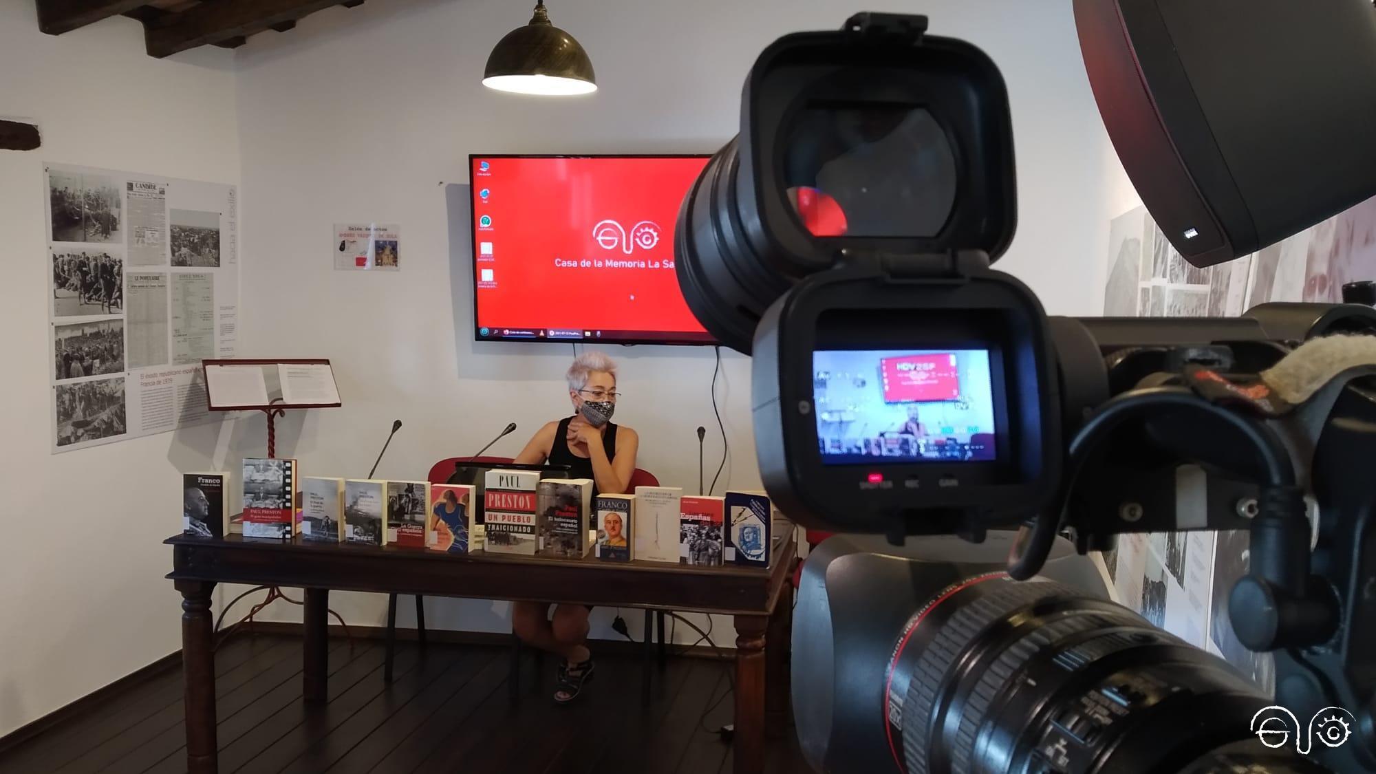 La presidenta de la Asociación Casa de la Memoria, Malgara García Díaz, en la presentación de la entrevista a Paul Preston.