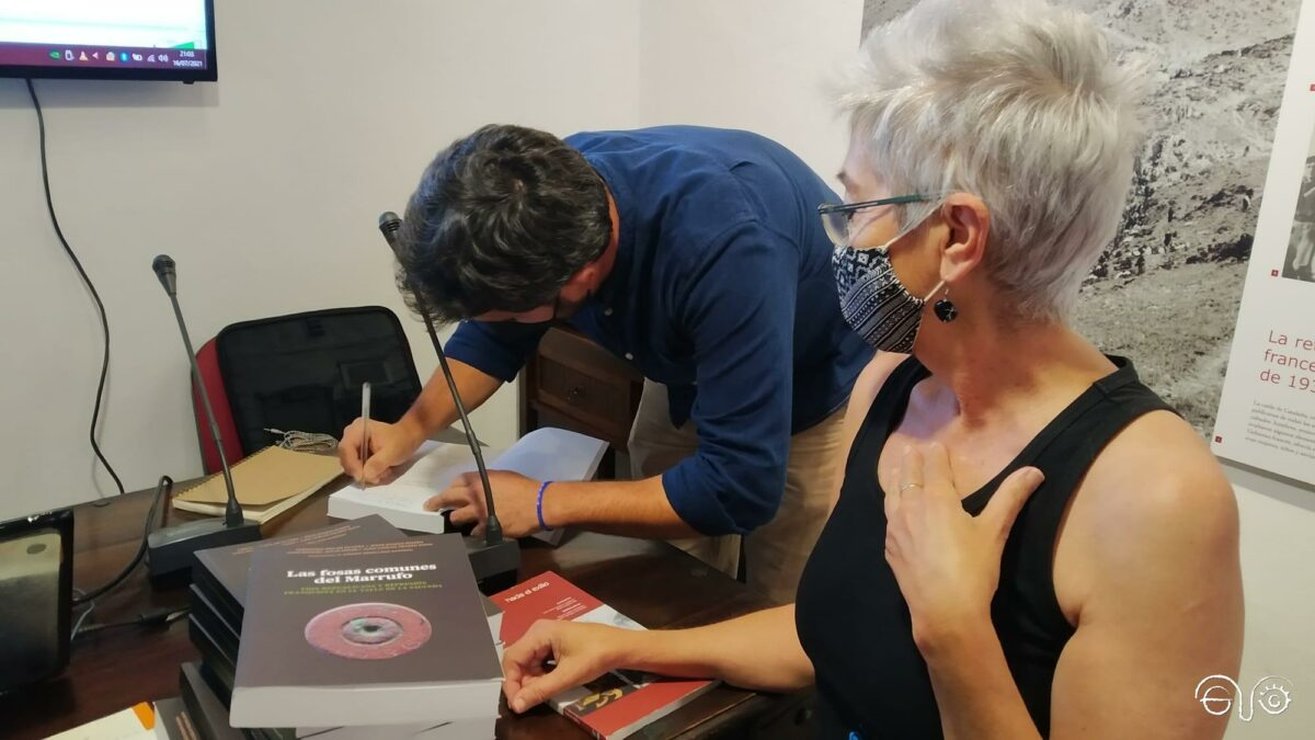 Jesús Román Román firma ejemplares de su libro, junto a Malgara García Díaz, presidenta de la Asociación Casa de la Memoria.