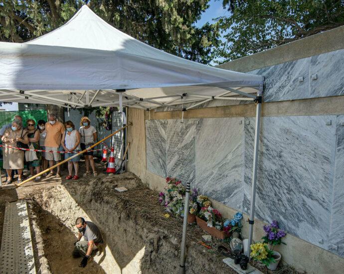 Visita a la fosa común del cementerio de Trebujena.