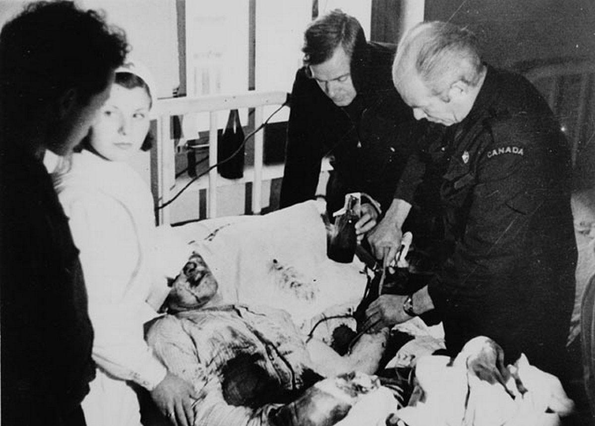 Norman Bethune realiza una transfusión a un herido durante la Guerra Civil. (Library and Archives Canada)