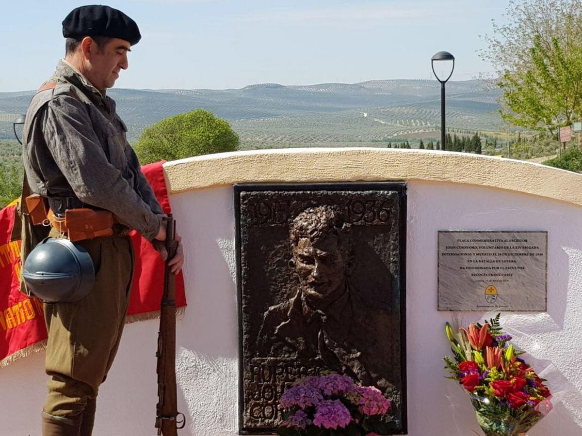 Placa conmemorativa al poeta John Cornford en Lopera.