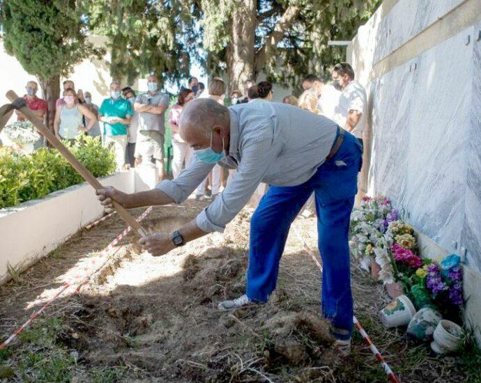 Un vecino de Trebujena, iniciando la exhumación de represaliados, de forma simbólica, en el cementerio municipal. (Manu García. La Voz del Sur)