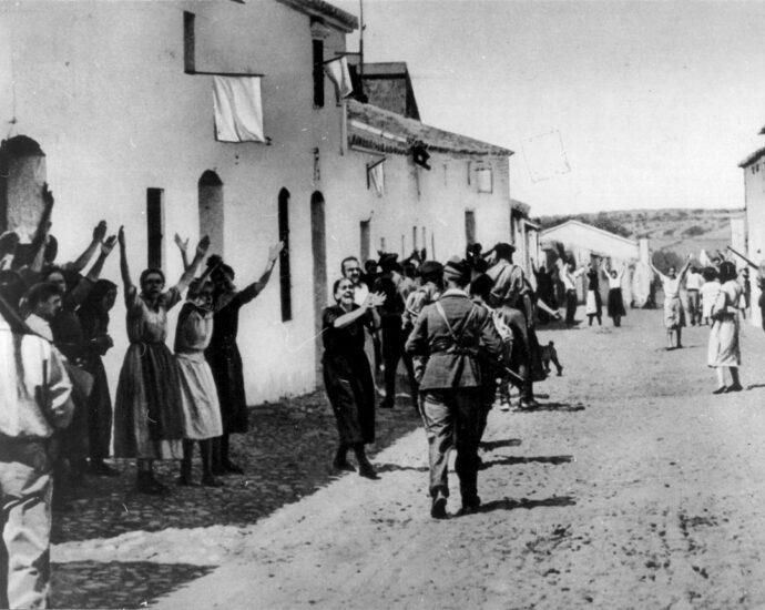 Tropas sublevadas entrando en Constantina (Sevilla).