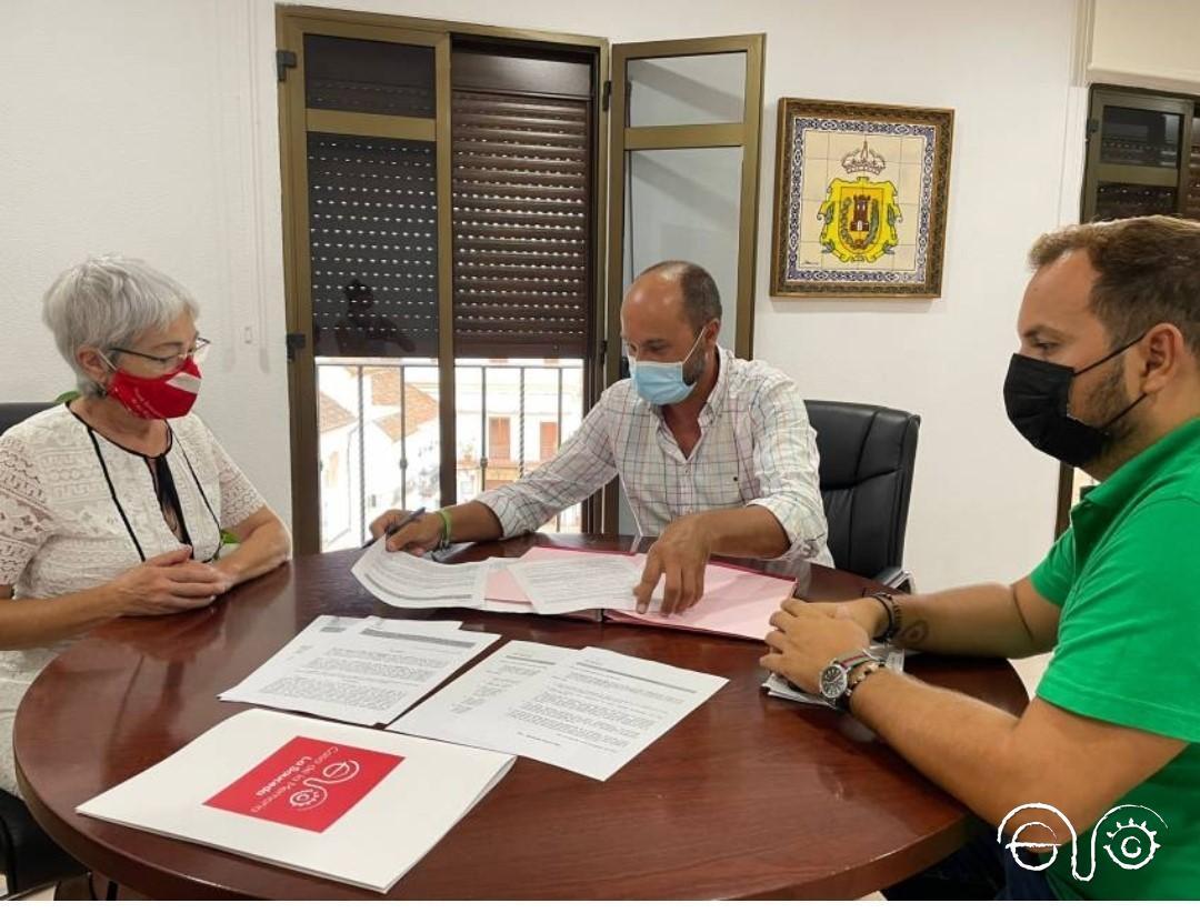 El alcalde de Los Barrios, Miguel Alconchel, el concejal delegado de Cultura, Daniel Pérez, y la presidenta de la Asociación Casa de la Memoria, Malgara García.