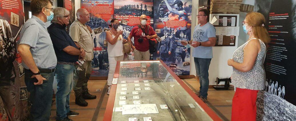 Andrés Rebolledo, presidente del Foro por la Memoria del Campo de Gibraltar, explica las características de la Casa a los integrantes del grupo poético.