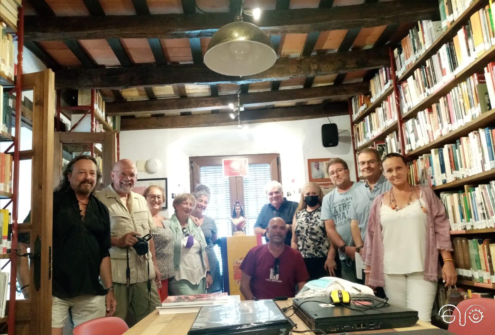 El grupo poético, en la biblioteca, con Andrés Rebolledo.
