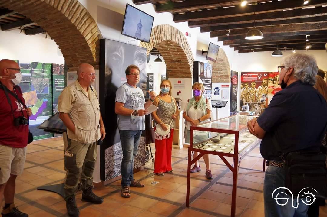 El presidente del Foro, Andrés Rebolledo, explica los contenidos de la sala de exposición permanente.