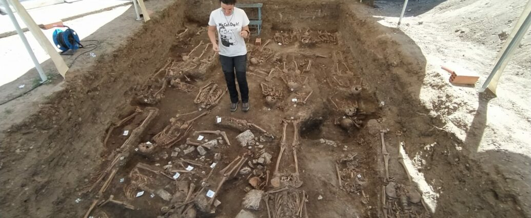 Una arqueóloga observa la fosa abierta este verano en el cementerio de Jimena de la Frontera.