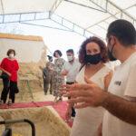 La parlamentaria Ana Naranjo atiende las explicaciones sobre el proceso de exhumación.
