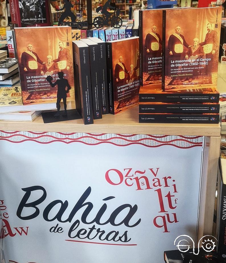 Ejemplares del libro de Antonio Morales Benítez, en un expositor de la librería.