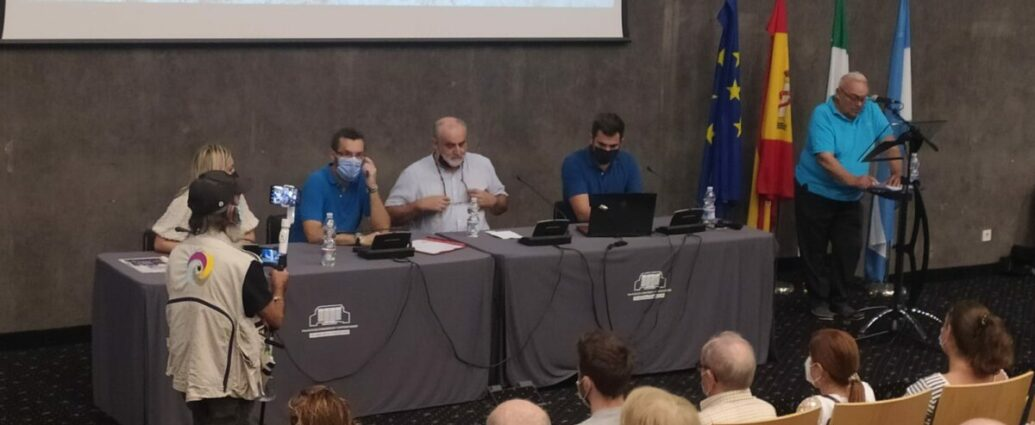 Felipe López Agüera, del Foro por la Memoria del Campo de Gibraltar, se dirige a los asistentes a la reunión.